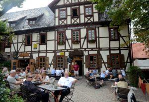 Einer der schönsten Biergärten im Eichsfeld: Der Klausenhof unterhalb der Burg Hanstein